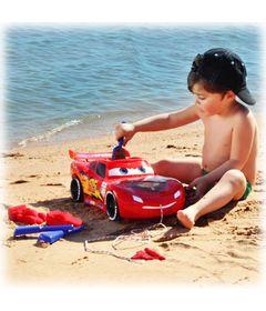 Menino-Brincando-com-o-Super-Carro-de-Praia-Relampago-McQueen-na-Areia