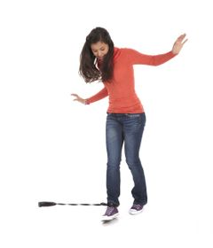Menina-Brincando-Jogo-Twister-Rave-Skip-it-Hasbro