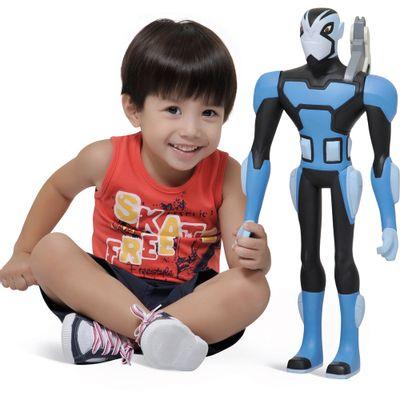 Crianca-com-Boneco-Ben-10-Omniverse-Rook-Gigante-Bandeirante