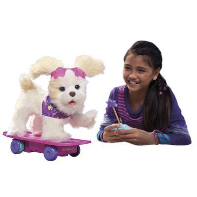 Menina-com-Pelucia-Interativa-FurReal-Trixie-Cachorrinha-Skatista-Hasbro
