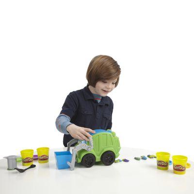 Crianca-Brincando-Massinha-Play-Doh-Chuck---Friends-Caminhao-de-Reciclagem-Hasbro