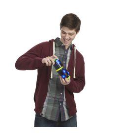 Homem-Brincando-Jogo-Bop-It-Tetris-Hasbro