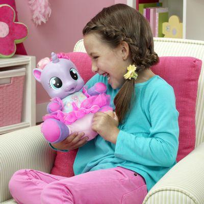 Menina-com-Boneca-My-Little-Pony---Bebe-Risadinha---Hasbro