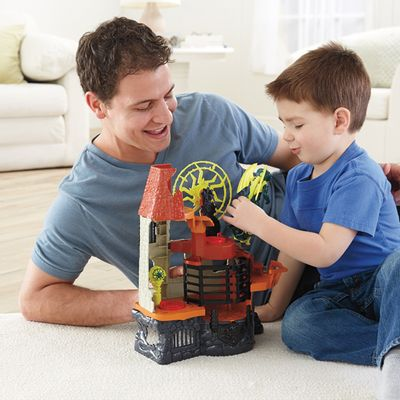 Crianca-com-Torre-do-Feiticeiro-Imaginext-Medieval-Fisher-Price