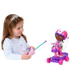 100102530-boneca-doutora-brinquedos-com-patinete-estrela-5031192